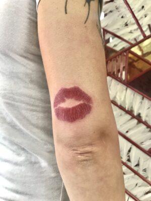 kiss tattoo, lips tattoo, lipstick, light art tattoo, women tattooer